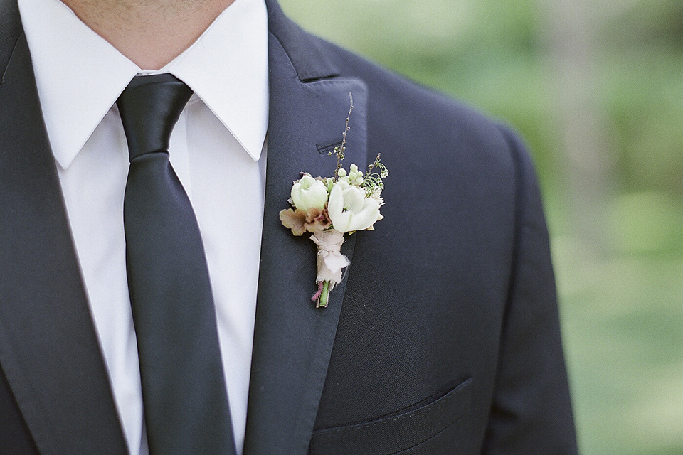 Boutonniere-style-black-peak-lapel-tuxedo-white-and-green-minimal-floral-boutonniere