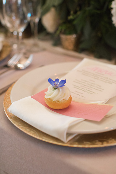 rockwood-shoot-close-up-on-place-setting-soft-golds-and-muted-tones-in-the-place-setting-with-hints-of-pale-blue-decor