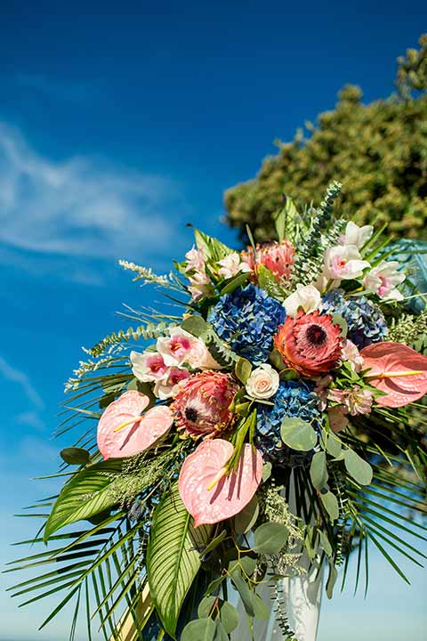 seapoint-bridal-shoot-close-up-on-arch-floral-design