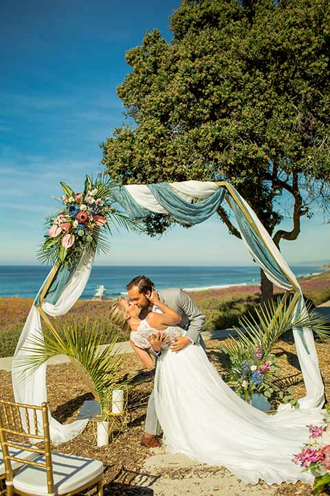 seapoint-bridal-shoot-outdoor-space-bride-and-groom-kissing