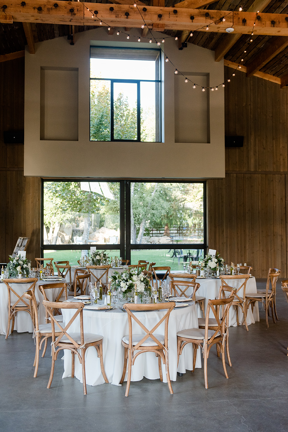 gallaway-downs-wedding-receptin-setu-with-white-linens-and-gold-chairs
