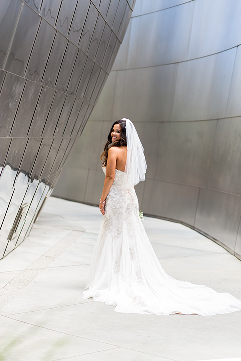 walt-disney-concert-hall-bride-in-a-mermaid-style-gown-with-a-elbow-length-veil