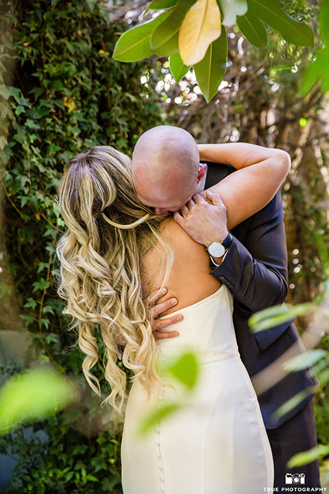 twin-oaks-weddings-first-look-bride-and-groom-hug