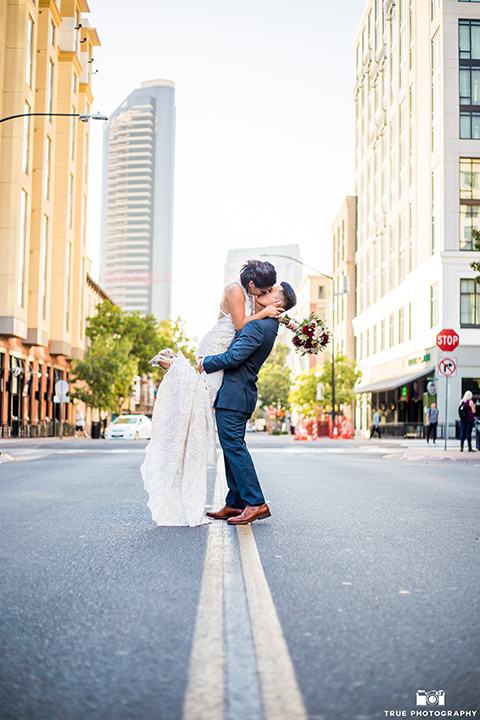 skybox-real-wedding-groom-holding-bride-in-the-street