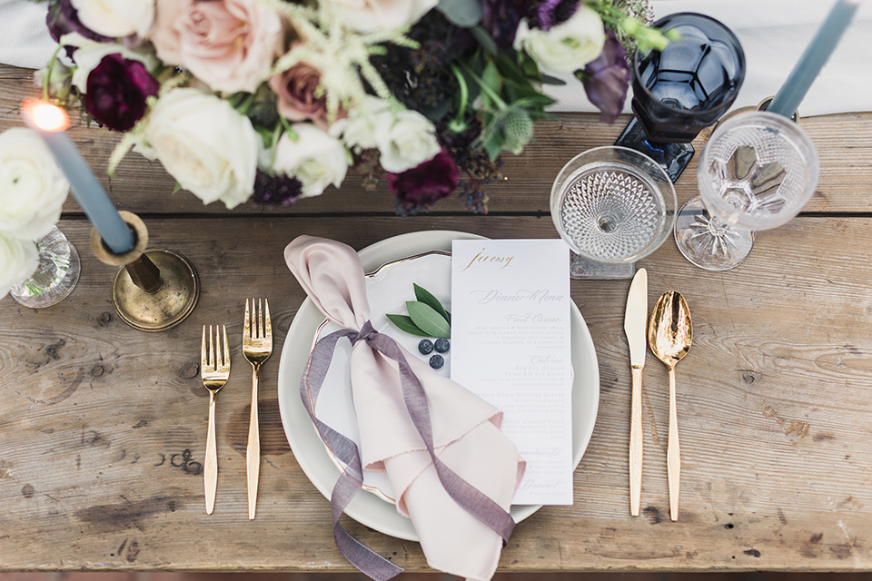 rancho-las-lomas-wedding-table-décor-with-white-plates-light-lavender-linens-and-gold-flatware