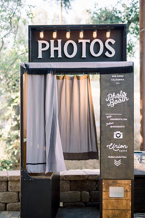 Circle-Oak-ranch-wedding-photo-booth