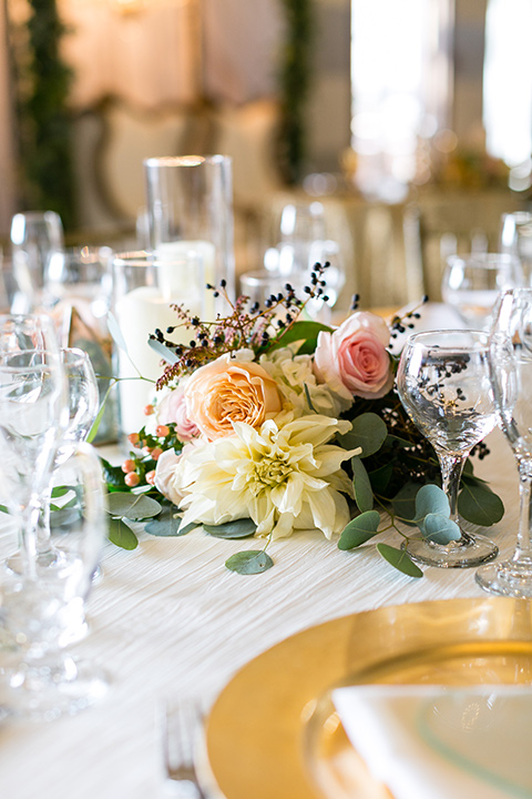 Vellano-Country-Club-table-décor-with-gold-pieces-and-small-flowers