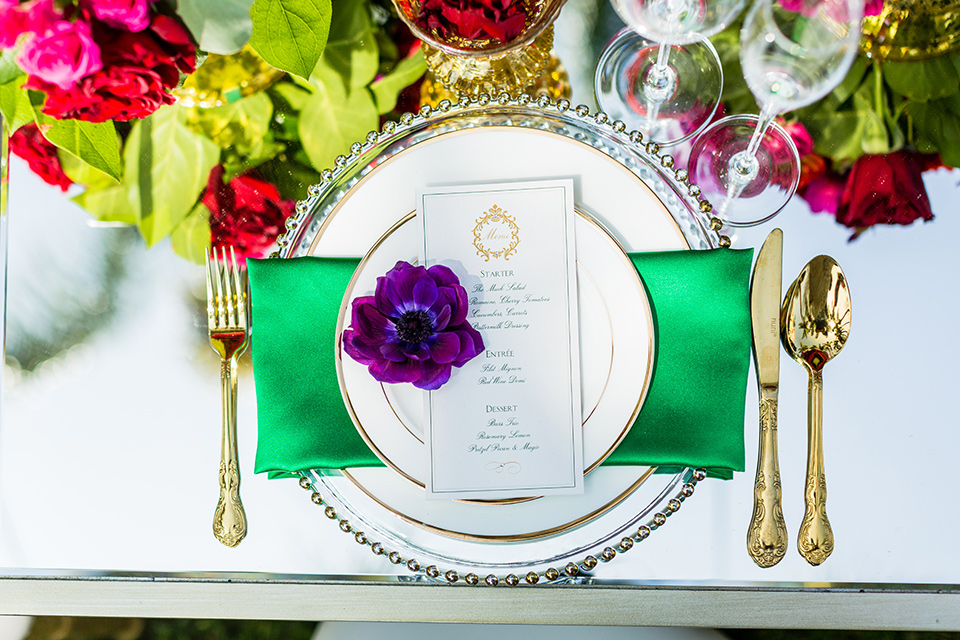 muckenthaler-mansion-plate-décor-with-gold-décor-and-white-charger-plates