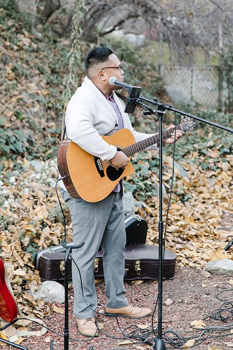 hidden-acres-wedding-guitar-player
