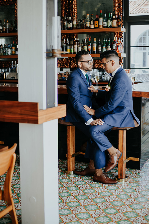 loquita-shoot-grooms-at-bar