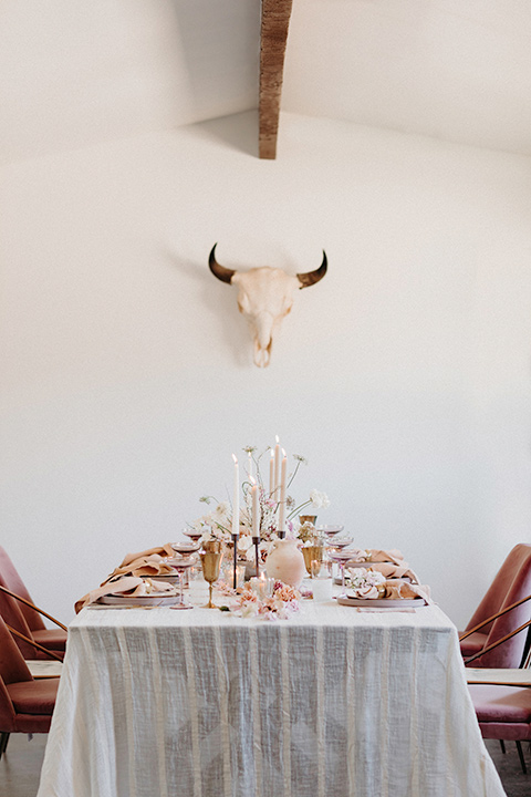 Rim-Rock-Ranch-Shoot-table-with-white-and-pink-linens-and-gold-decor